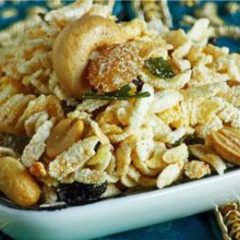 Puffed Rice and Nut Snack with Raisins